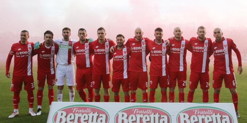I giocatori del Monza in campo per l'Istituto di Ricerca Mario Negri